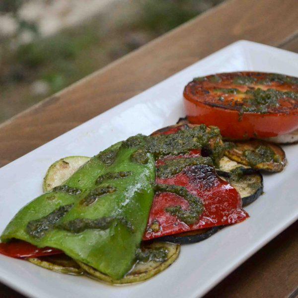 Печени зеленчуци с билки и песто