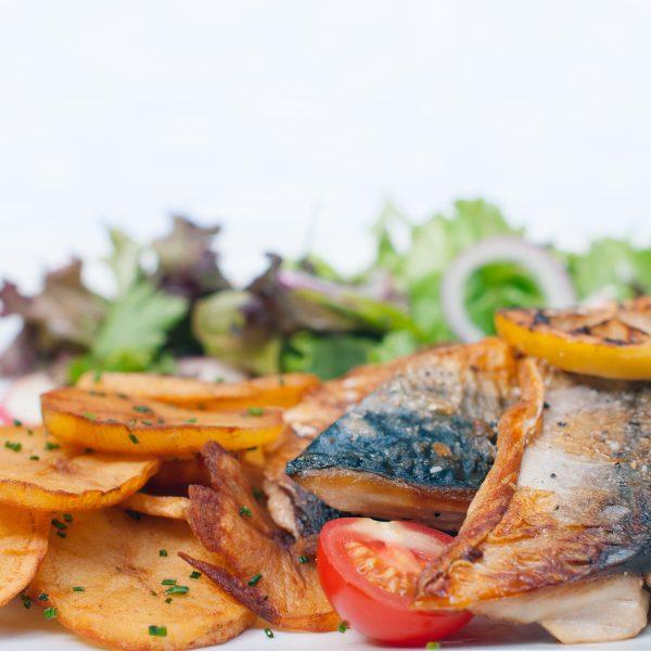 Филе риба с домашни картофки и свежа салата